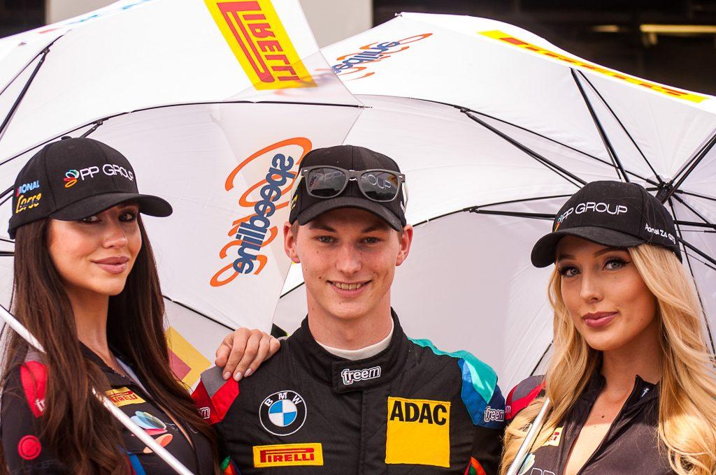 Alex Lambertz und Grid Girls für PP Group / Walkenhorst motorsport beim ADAC Zurich 24h Nürburgring 2018